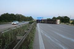 Niemcy - polski kierowca przewożący mięso wywrócił ciężarówkę na A2 1