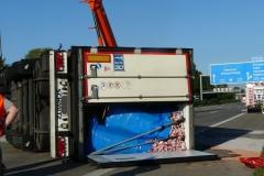 Niemcy - polski kierowca przewożący mięso wywrócił ciężarówkę na A2 2