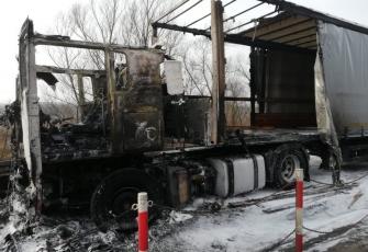 Ciężarówka zaczęła palić się w czasie jazdy. Pojazd spłonął doszczętnie 1