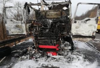 Ciężarówka zaczęła palić się w czasie jazdy. Pojazd spłonął doszczętnie 2