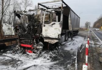 Ciężarówka zaczęła palić się w czasie jazdy. Pojazd spłonął doszczętnie 3
