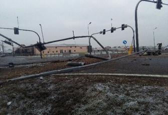 DK10 – wypadek na obwodnicy Nakła – transportowane drewno zdewastowało sygnalizację i znaki 1