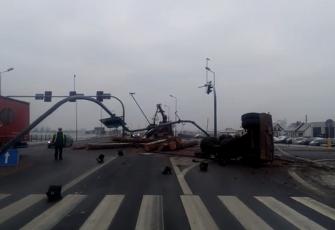DK10 – wypadek na obwodnicy Nakła – transportowane drewno zdewastowało sygnalizację i znaki 4