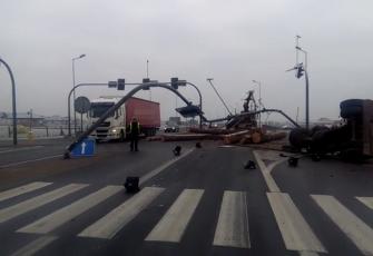 DK10 – wypadek na obwodnicy Nakła – transportowane drewno zdewastowało sygnalizację i znaki 2