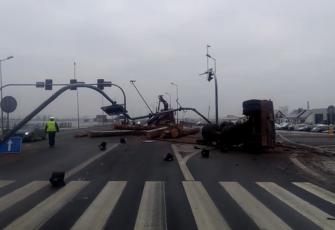 DK10 – wypadek na obwodnicy Nakła – transportowane drewno zdewastowało sygnalizację i znaki 3