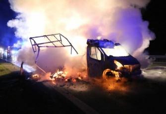 Niemcy - pojazd dostawczy z Polski w płomieniach. Dzięki przytomności umysłu Polaka uniknięto większej tragedii 4