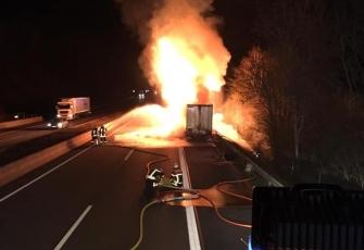 Niemcy-–-pożar-i-eksplozja-ciężarówki-kierowanej-przez-Polaka-przewożącej-farby-i-opony-4