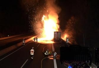 Niemcy-–-pożar-i-eksplozja-ciężarówki-kierowanej-przez-Polaka-przewożącej-farby-i-opony-7