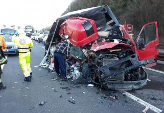 Włochy – makabryczny wypadek pojazdu dostawczego z Polski – Polak wyszedł bez szwanku 1