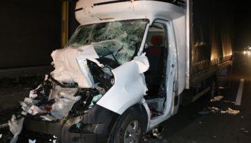 """Na A1 w Niemczech samochód dostawczy z Polski najechał na tył stojącej w korku ciężarówki. 35- letnia kobieta prowadząca """"busa"""" doznała poważnych obrażeń."""