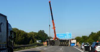 Niemcy - polski kierowca przewożący mięso wywrócił ciężarówkę na A2