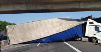 polska ciężarówka przewrócona pod mostem w niemczech