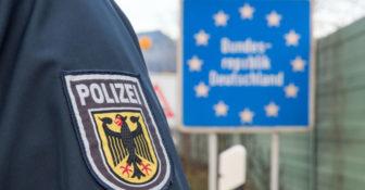 Policja niemiecka uchodźca w chłodni