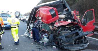 Włochy – makabryczny wypadek pojazdu dostawczego z Polski – Polak wyszedł bez szwanku