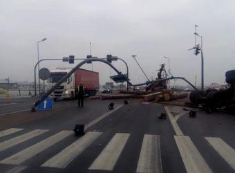 DK10 – wypadek na obwodnicy Nakła – transportowane drewno zdewastowało sygnalizację i znaki