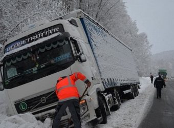 """Niemcy – Polski kierowca """"uciekał przed czołówką na swoim pasie"""" – jego zestaw ugrzązł na poboczu"""