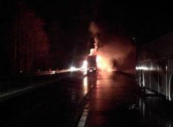 Pojazd ciężarowy spłonął doszczętnie na DK-1 w kierunku Katowic f