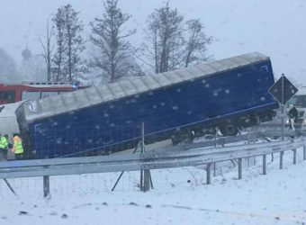 Złe warunki pogodowe w Niemczech – ciężarówka z Polski uwięziona w rowie do poniedziałku
