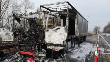 Ciężarówka zaczęła palić się w czasie jazdy. Pojazd spłonął doszczętnie